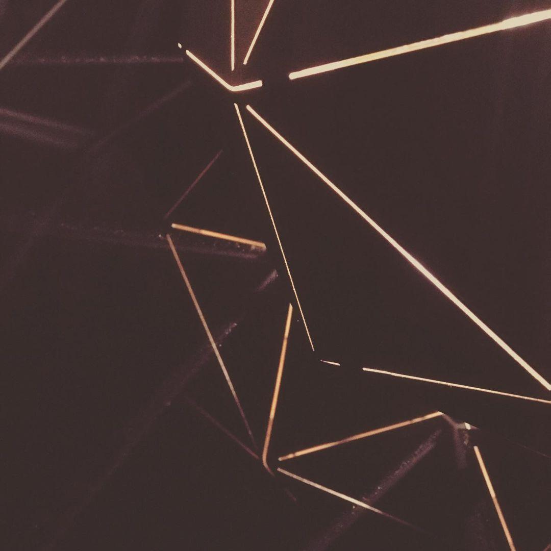 Abstrakt wirkende Spiegelungen einer Lampe