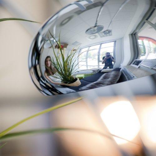 Blick ins Büro, durch den Schirm einer Lampe