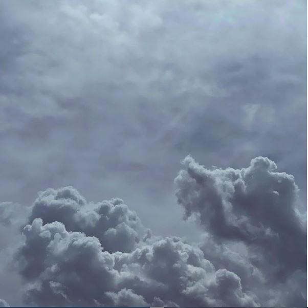 Sich türmende Wolken an einem Sommertag